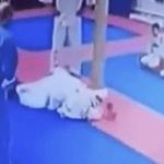 Entrenador de artes marciales castiga a niño con una patada en la cabeza