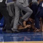 Partido de la NBA terminó en pelea y con un jugador tapeando tras estrangulación