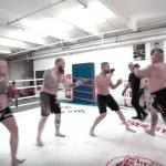 El loco invento ruso: Peleador de 150 kilos hace frente a varios oponentes