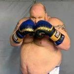Dejó las MMA, debutó en el boxeo con 187 kilos y recibió un nocaut espectacular